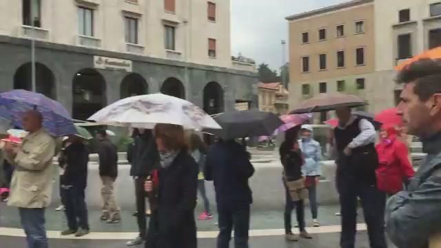 """Sentinelle e """"cattivi"""" si confrontano in piazza"""