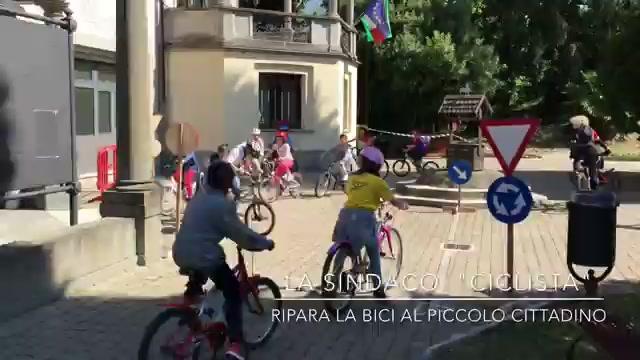 "La sindaco ""ciclista"" ripara la bici"