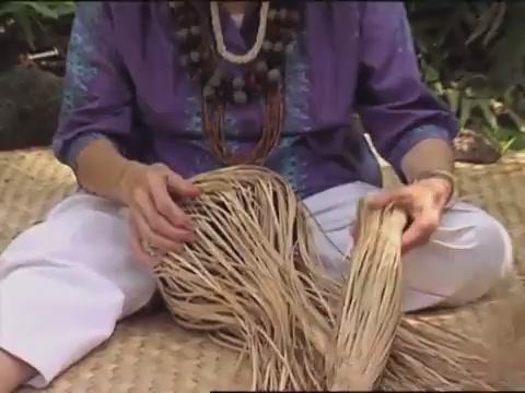 Aunty Esther Makuaole teaching lauhala weaving