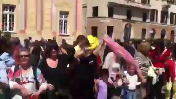 """Un girotondo in piazza De Ferrari chiude la manifestazione contro la """"buona scuola"""" di Renzi"""