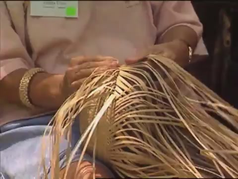 Aunty Gladys Grace demonstrates lauhala weaving